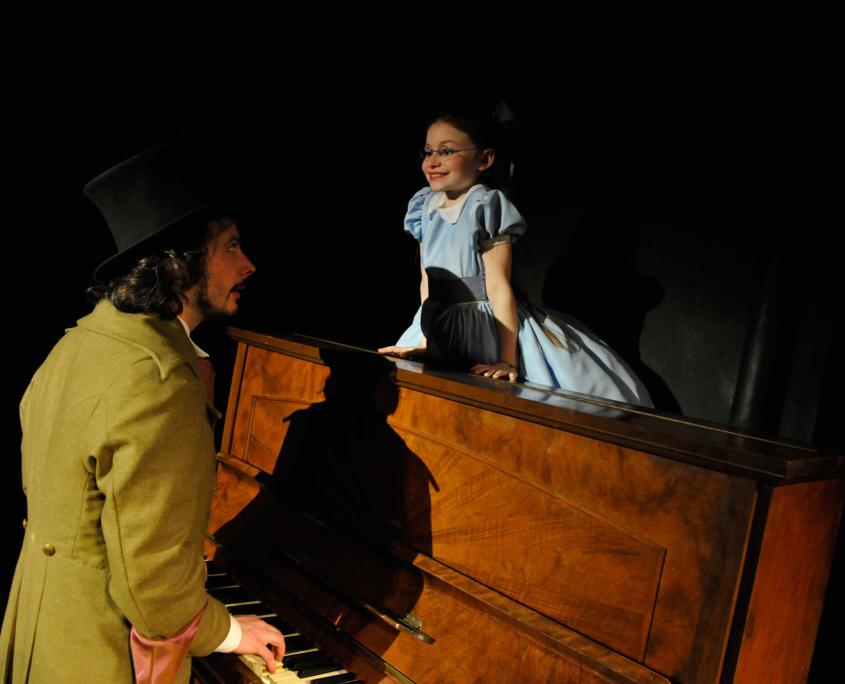 Djahiz Gil et Heloise Dugas dans Alice au Pays des Merveilles